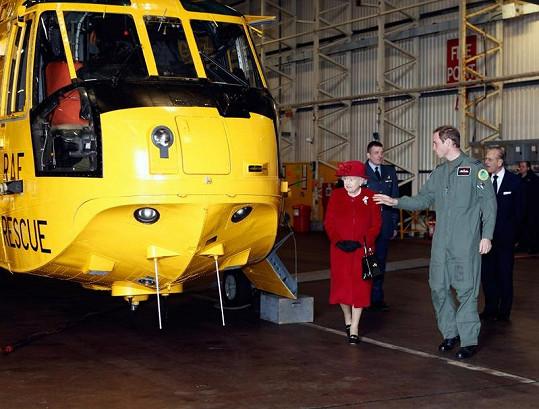William ukazuje své babičce královně záchranářský vrtulník, který řídí.