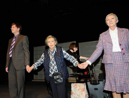 Jiřina Jirásková ve čtvrtek v pražském Divadle Bez Zábradlí oslavila osmdesáté narozeniny. Na snímku s Alešem Cibulkou a Danou Syslovou, s kterými předtím odehrála představení Sonáta pro lžíci.