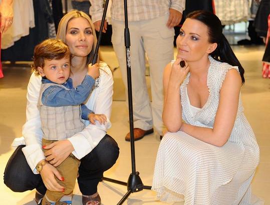 Eva decastello se synem a Gábinou Partyšovou.
