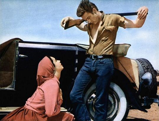 """Slavný výjev """"ukřižovaného"""" Jamese Deana z jeho posledního filmu Obr. Na snímku s Elizabeth Taylorovou."""