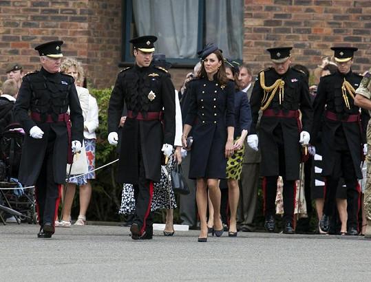 Kate zvolila na předávání medailí tmavě modrý sexy kabátek, která vypadal jako uniforma.