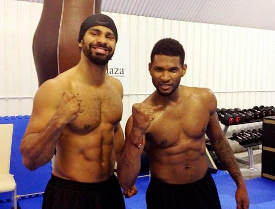Usher předvádí své svaly s boxerem Davidem Hayem.