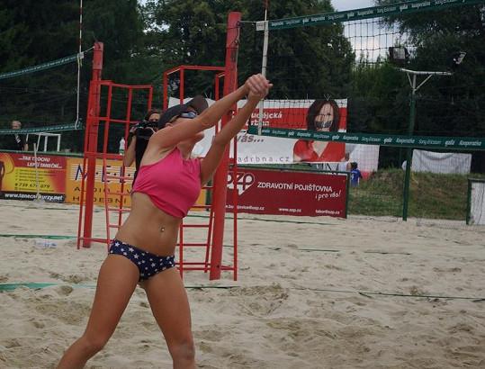 Martina Pártlová ukázala během utkání i vypracované břišáky.