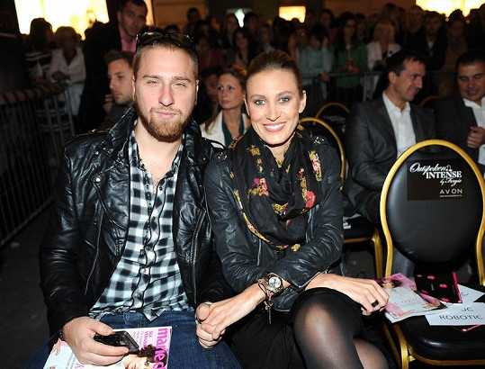 Kateřina Průšová s přítelem na přehlídce.