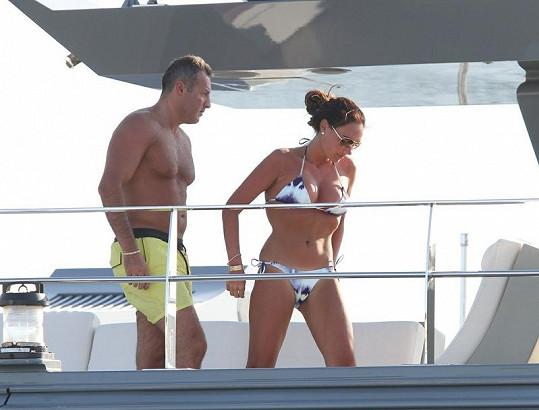 Tamara na jachtě svého otce s přítelem Omarem.