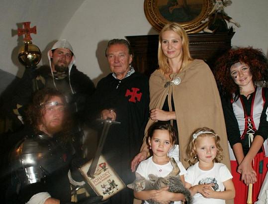 Karel Gott se chlapsky chopil meče a s rodinou pokřtil pohádkovou knihu.