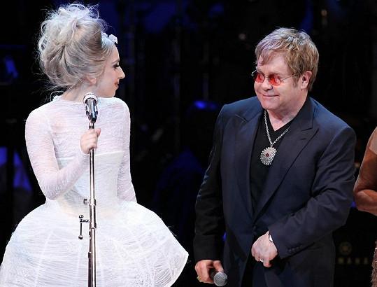 Elton John a Lady Gaga při společném vystoupení.