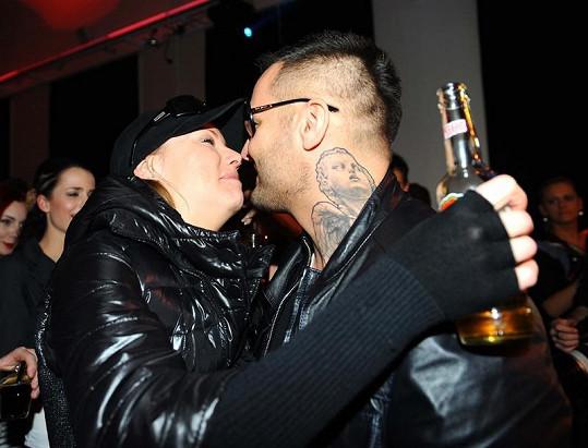 Helena Zeťová a rapper Rytmus se na večírku neustále olibávali