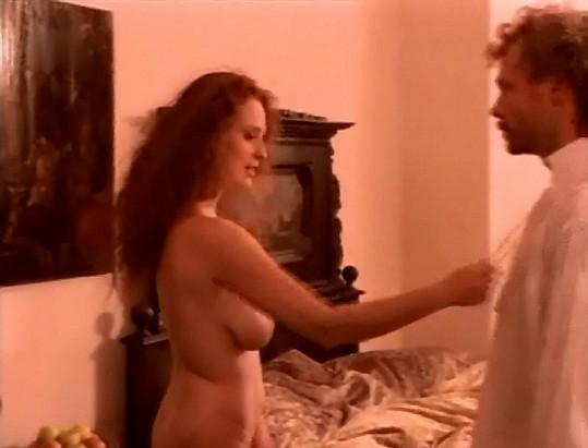 Hrubešová přistupuje ke svému filmovému milenci.