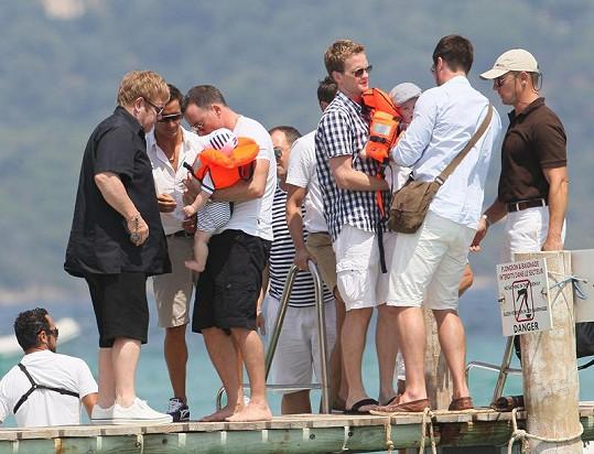 Vlevo Elton John a David Furnish se synem. Vpravo herec Neil Patrick Harris s partnerem a také hercem Davidem Burthkou, kteří přivedli svá dvojčata.