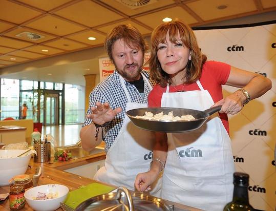 Michaela Dolinová a Karel Zima na kuchařském klání.