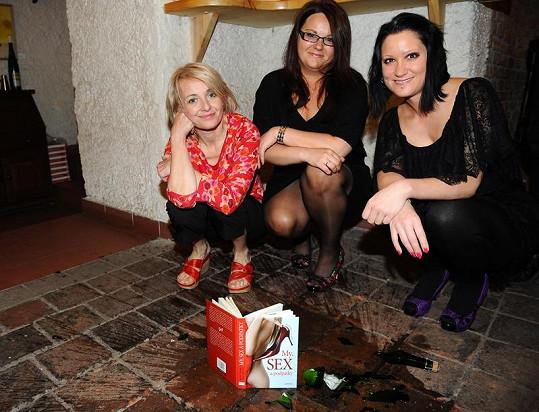 Žilková s autorkami Kamilou Tomsovou a Lucií Müllerovou křtily ve střepech.