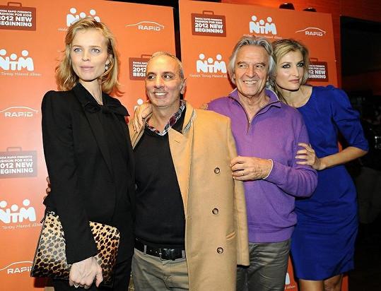 Tereza s exkluzivními hosty přehlídky Fasion for Kids - Evou Herzigovou, návrhářem Alessandrem Dell'Acqua a legendárním muzikantem Johnem McLaughlinem - známým jako Mahavishnu.