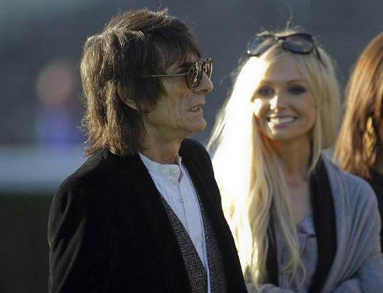 Kytarista skupiny Rolling Stones a jeho nová přítelkyně Nicola Sargent.