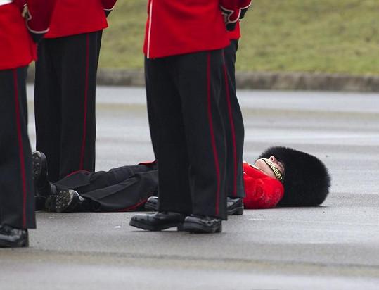 Tento mladý voják omdlel přímo během přehlídky irské královské gardy. Další dva pak na cvičisti.
