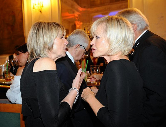 Eliška Balzerová s Janou Švandovou se zdržely na baru.