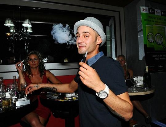 Sámer zkouší vyměnit klasické cigarety za elektroniku.