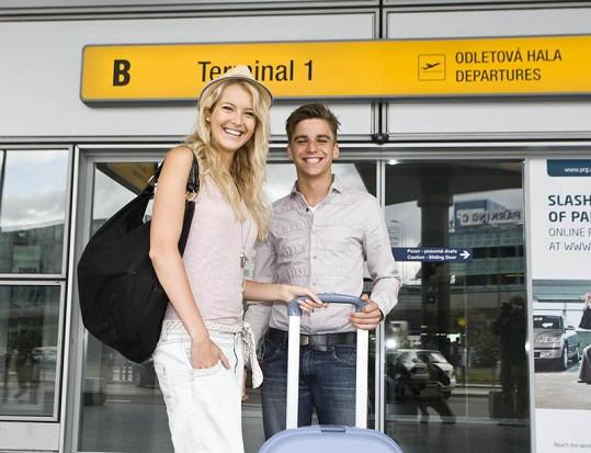 Jitka Nováčková s kamarádem Michalem na ruzyňském letišti.