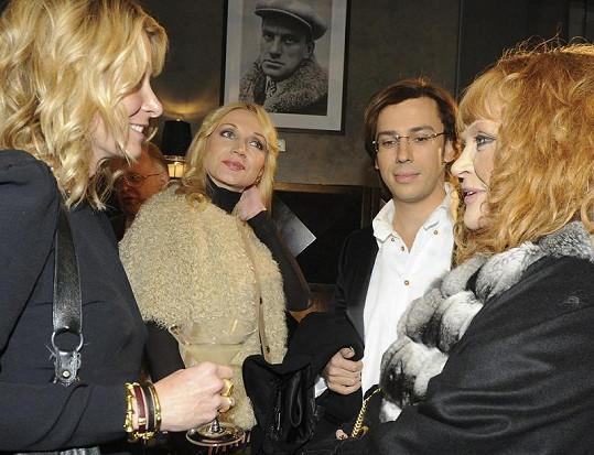 Alla Pugačova s Maximem Galkinem (vpravo). Druhá zleva je zpěvaččina dcera Kristina Orbakaite. Zcela vlevo Julija Vysockaja.