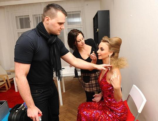 Kadeřník Pavel Filandr a vizážistka Jarmila Kirakovjanova dolaďují poslední detaily.