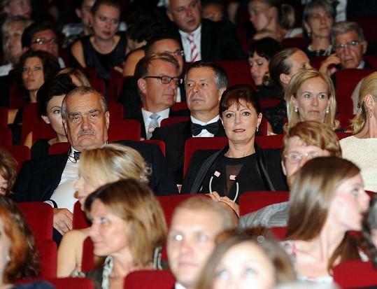 Karel Schwarzenberg se posadil vedle krásné herečky.