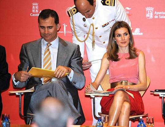 Královský španělský pár princ Filip a princezna Letizia během debaty na univerzitě v Salamance.
