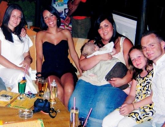Sarah (s miminkem v náručí) byl pořádný kus.