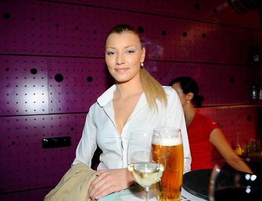 Helena si v Česku vychutnává své oblíbené pivo.