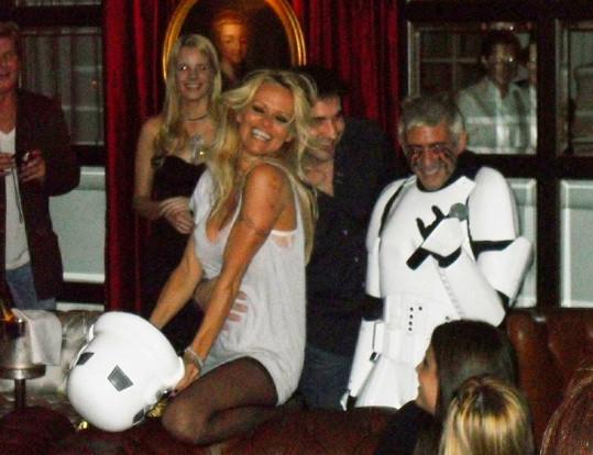Rozdováděná Pamela Anderson.
