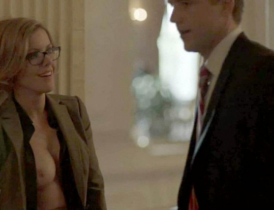 Kathleen jako asistentka starosty v seriálu Boss.