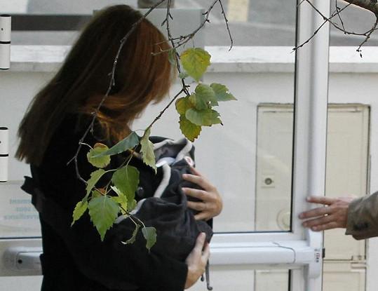 Carla Bruni s novorozenou dcerkou v náručí odchází z kliniky La Muette.