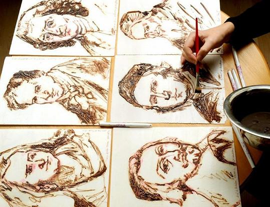 Umělkyně musí pracovat rychle, po několika minutách čokoláda začíná tuhnout.