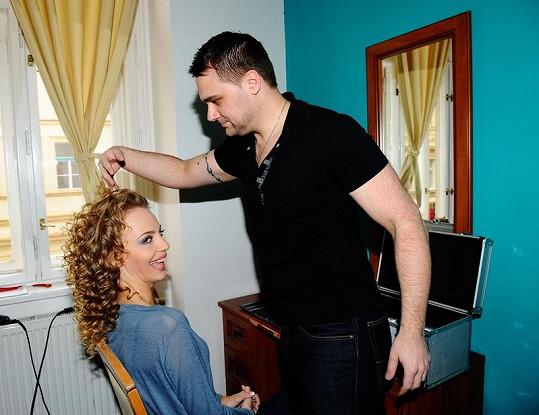 Byli jsme u toho, když Ivannu po nalíčení vizážistek Marie Veselé a Jarmily Kirakavjanové připravoval vlasový stylista Pavel Filandr na focení.