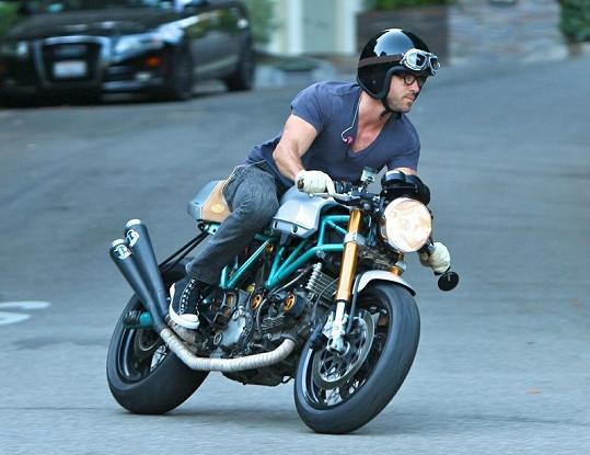 Ryan Reynolds na své motorce odjíždí od Sandry Bullock.