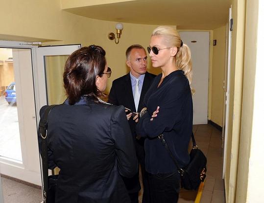 Dara s právníkem Robertem Vladykou a manažerkou Evou Skallovou.