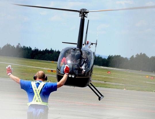 Helikoptéra s Ondřejem Sokolem při přistání.