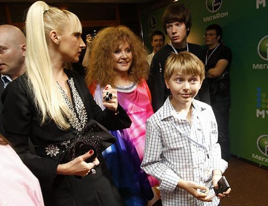 Kristina Orbakajte s matkou Allou a syny Nikitou (vzadu) a Denim.