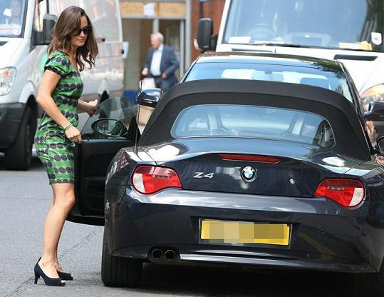 Přitažlivá Pippa u svého BMW.