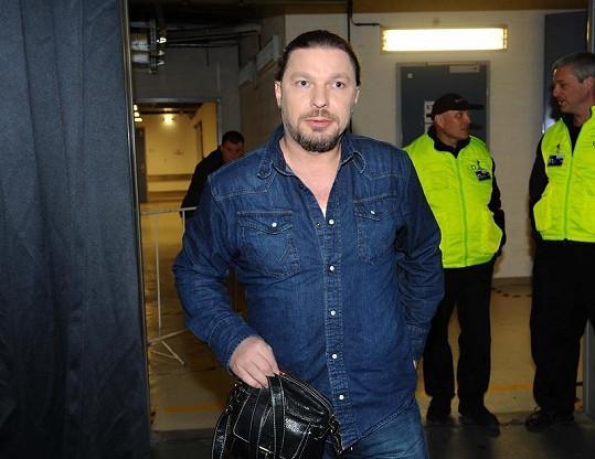 Petr Kolář přichází na charitativní koncert Novy Chceme žít s vámi.