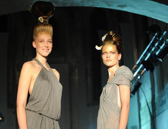 Dívky na molu byly velmi spoře oblečené.