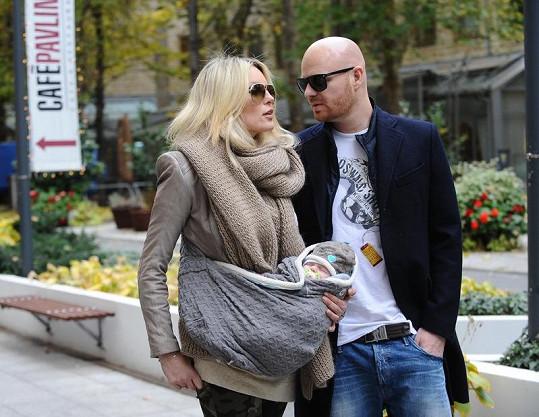Simona s manželem Karlem Vágnerem na procházce se synem Brunem.