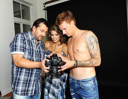 Klára s manželem Radkem Kováčem studují s fotografem Járou Urbanem konečné snímky.