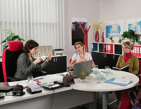 Taťjana Medvecká si zahraje asistentku ředitelky centra, kterou ztvární Tereza Kostková. Na snímku uprostřed s nimi sedí Markéta Frösslová.