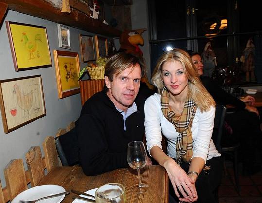Sabina Laurinová s přítelem Karlem Kameníkem na večírku.