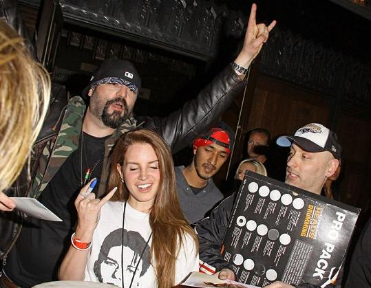 Lana se na koncertě kapely musela podepisovat fanouškům.