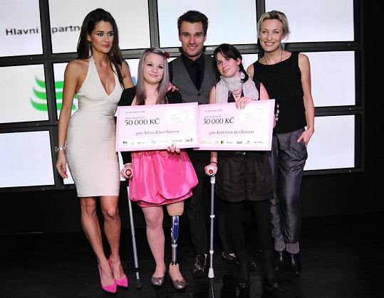 Petra Faltýnová věnovala výtěžek na počítačem řízené protézy pro dvě mladé slečny, kterým byly amputovány nohy kvůli zhoubnému kostnímu nádoru.