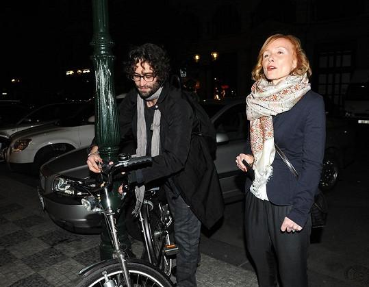 Většinu hostů přivezly na akci nablýskané luxusní vozy. Petra Špindlerová a její přítel Kajetán Písařovic přijeli na kole.
