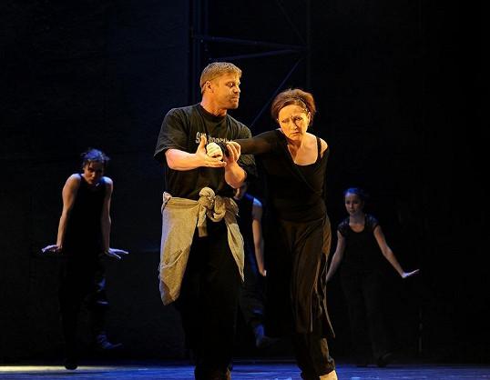 Bára se Zbyňkem Frycem na zkoušce muzikálu Lucrezia Borgia.