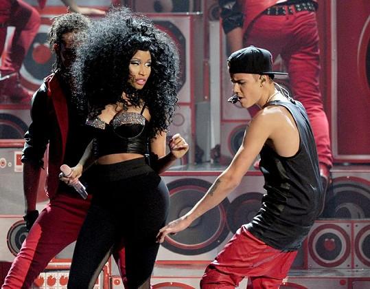 Justin Bieber a Nicki Minaj při společném vystoupení na American Music Awards.