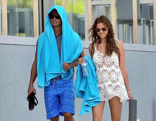 Christiano Ronaldo a Irina Shayk bojovali s prudkým sluníčkem, jak mohli.